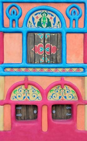 casita de dulces: Castillo de cuento de hadas de colores con pequeñas ventanas