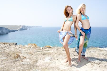 Dos mujeres calientes j?venes en bikini en la playa Foto de archivo - 18481992