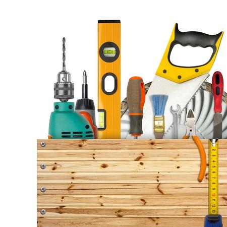 herramientas de carpinteria: Caja de madera con herramientas industriales. Aislados en blanco