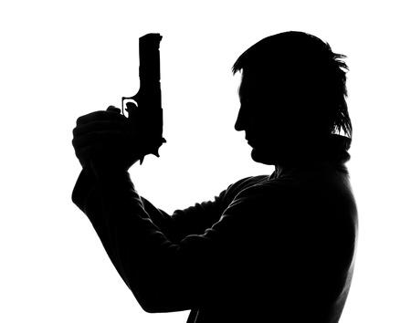 hombre disparando: Silueta del hombre con la pistola de tiro. Aislados en blanco