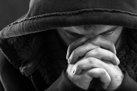 pentimento: Disperazione bandito Dio pregando per il perdono Archivio Fotografico