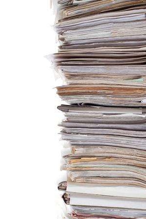 carpetas: Enorme pila de papeles aislados en blanco