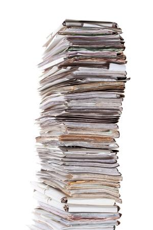 Enorme pila de papeles aislados en blanco