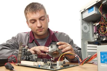 electricista: Ingeniero de soporte t�cnico de equipos. Aislado en blanco
