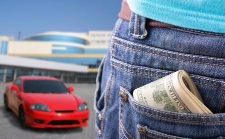 bolsa dinero: Primer plano de dinero en el bolsillo contra el nuevo coche deportivo