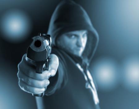 pandilleros: Gángster grave se apunta un arma a usted. Tonos de azul
