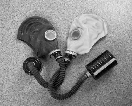 residuos toxicos: Amantes de la pareja de máscaras de gas mirando el uno al otro Foto de archivo