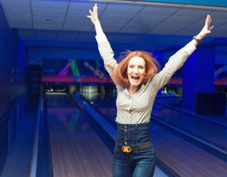 bowling: Retrato de ni�a emocionada en un boliche Foto de archivo