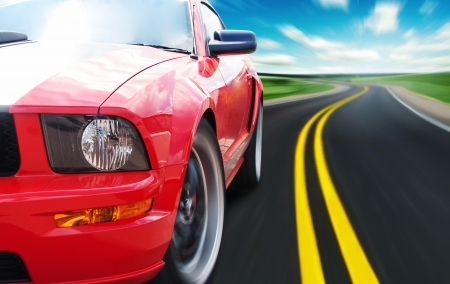 cape mode: Red Sport Auto auf einer schmalen Stra�e