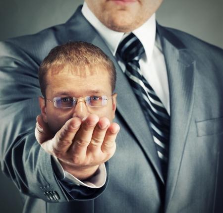 Headhunter mostrando su toma en mano