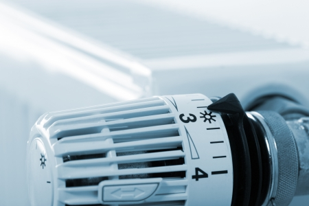 radiator: Primer plano de termostato radiador de calefacción. Tonos de azul