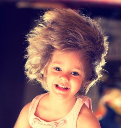 excitacion: Muchacha hermosa feliz con el pelo largo