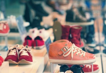 magasin: Les chaussures toutes neuves sur l'affichage