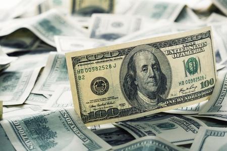 signos de pesos: Mont?n de billetes de 100 d?lares