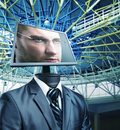 thinking machine: Hombre de negocios con un monitor de ordenador en lugar de una cabeza Foto de archivo
