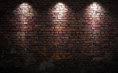 pared rota: Antiguo muro de ladrillo con luces de escenario
