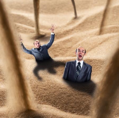 arenas movedizas: Dos hombres de negocios caen en la trampa de arenas movedizas