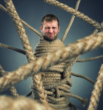 gefesselt: Gesch�ftsmann im Seil Netz gefangen