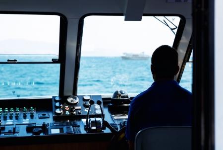 helm boat: Silueta del capitán del barco de la dirección Foto de archivo