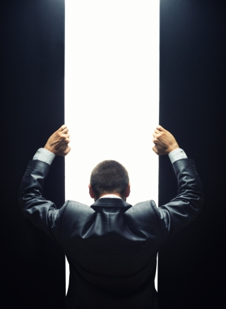 ビジネスマンに明るい光ゲートを開く