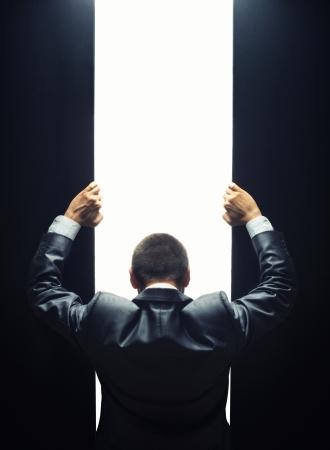 밝은 빛에 문을 여는 사업가