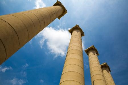 templo romano: Columnas griegas majestuosas contra el cielo azul