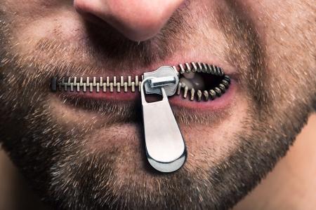 persona enojada: Hombre insubordinado con la boca con cremallera