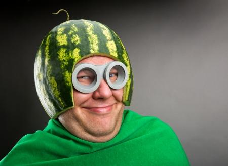 Homme drôle avec le casque de pastèque et googles ressemble à une chenille parasite