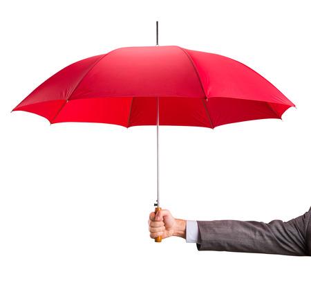 traje sastre: Mano de empresario con un paraguas rojo aislado en blanco