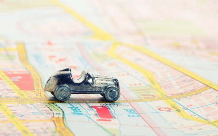 tour guide: coche viejo en el mapa Foto de archivo