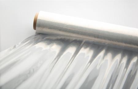 Wikkelen plastic stretchfolie. Stockfoto