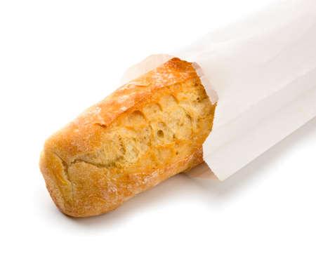 over packed: Baguette croccante confezionato in carta bianca. Isolato su bianco. Archivio Fotografico