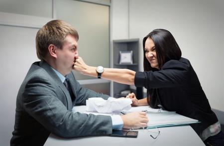 irrespeto: Dos jóvenes caucásica oficinista de empezar a luchar