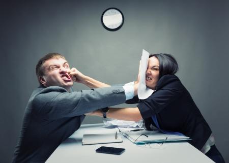 Twee jonge Kaukasische kantoor werknemer beginnen te vechten Stockfoto
