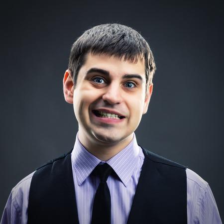 making faces: Uomo che si affaccia colpo piazza
