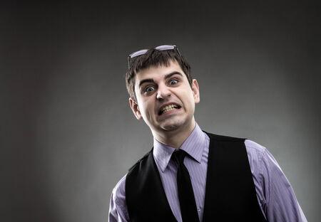 making faces: L'uomo vestito indossato facce fare
