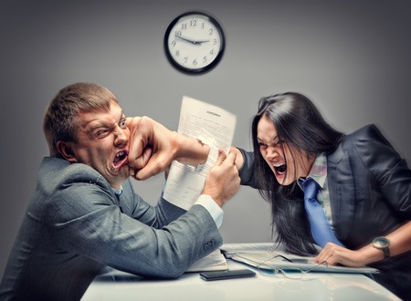 사무실에서 사업 사람들의 미친 싸움 스톡 콘텐츠