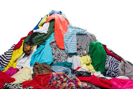 Big heap van kleurrijke kleding op wit wordt geïsoleerd Stockfoto