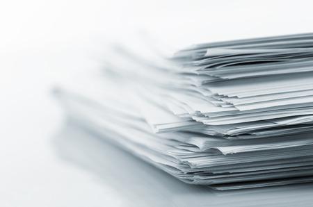 Stack van white papers op wit wordt geïsoleerd Stockfoto