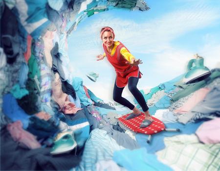 Gelukkig lachende vrouw surfen op de strijkplank op clother