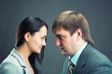 persone che parlano: Due giovani uomini d'affari discorrevano e discutevano insieme isolato su grigio