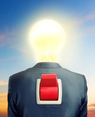 Homme d'affaires avec prise électrique à l'arrière