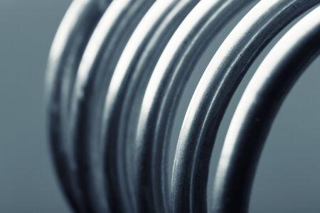 bobina: Primer imagen de espirales de aluminio aislados sobre fondo gris