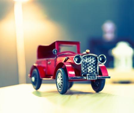 carritos de juguete: Coche de juguete de la vendimia oldtimer rojo