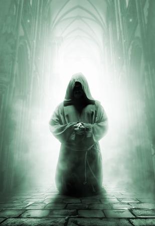 monasteri: Mistero monaco medievale in preghiera su inginocchia in corridoio tempio buio