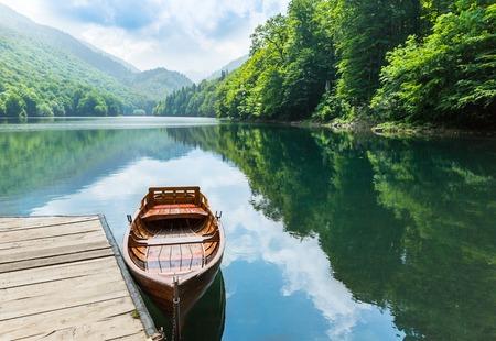 voile: Bateau en bois au quai sur le lac de montagne. Biograd lac, Monténégro