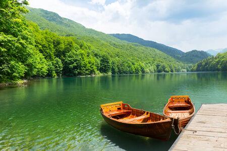 Houten boten op pier op bergmeer. Biograd meer, Montenegro