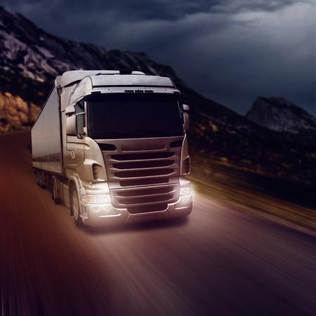 밤 시간에 고속도로에 회색 트럭