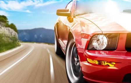country: Rode sport auto close-up foto op een smalle weg