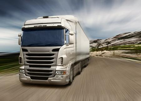 remolque: Camión gris en la carretera de la autopista Foto de archivo